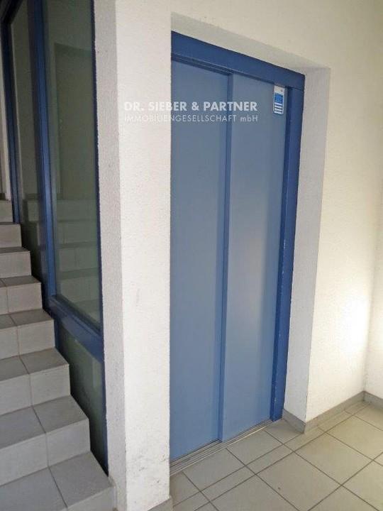 Aufzug im Eingang
