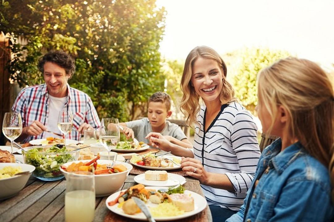 Familienessen auf der Terrass